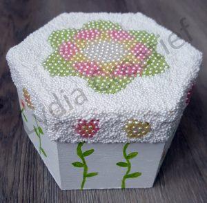 Creatief kinder feestje met parel klei op een doosje